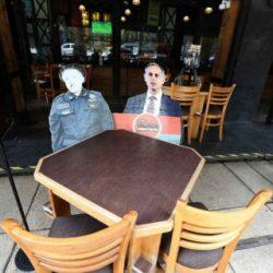 Con imágenes de López Gatell restauranteros invitan a la sana distancia