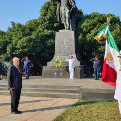 AMLO deposita ofrenda floral en estatua de Juárez y en el Monumento a Lincoln
