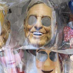 Veracruzano fabrica caretas con el rostro de Trump y AMLO