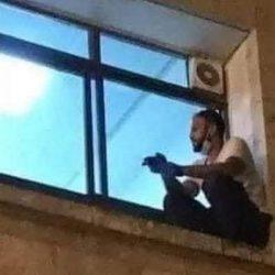 Escalaba hasta llegar a una ventana para ver a su madre enferma de Covid-19