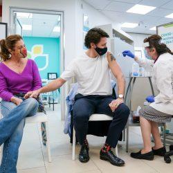 Primer ministro de Canadá recibe primera dosis de vacuna anticovid de AstraZeneca